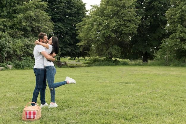 Paar zoenen in het park