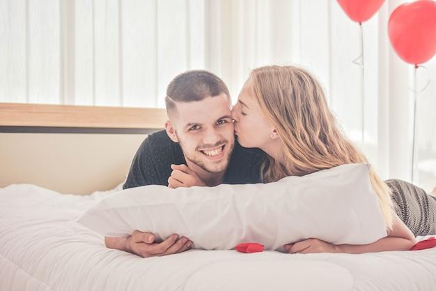 Paar zoete liefde leven in slaapkamer geluk in dag valentijnsdag concept