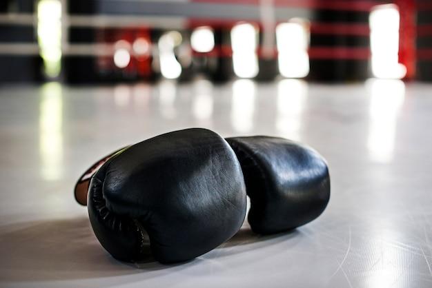 Paar zwarte bokshandschoenen
