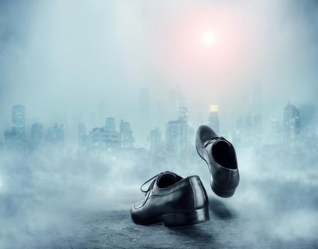 Paar zwarte mannelijke klassieke schoenen die naar de stad gaan
