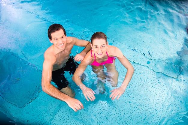 Paar zwemmen in het zwembad