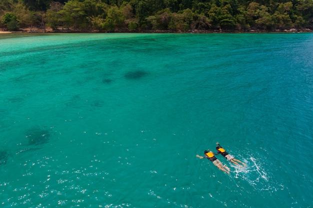 Paar zwemmen in zee
