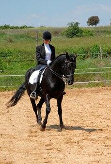 Paard en vrouw in de dressuur