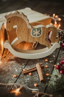 Paard gemaakt van hout op de tafel
