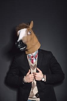 Paard masker man in de studio