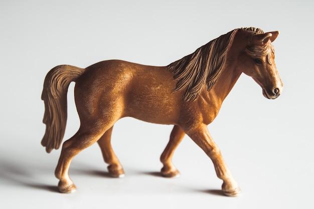 Paard realistisch speelgoed - witte achtergrond geïsoleerd