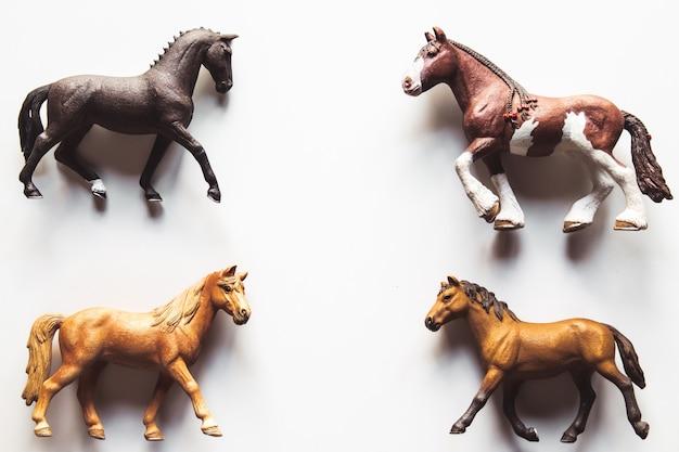 Paard realistisch stuk speelgoed - witte geïsoleerde achtergrond