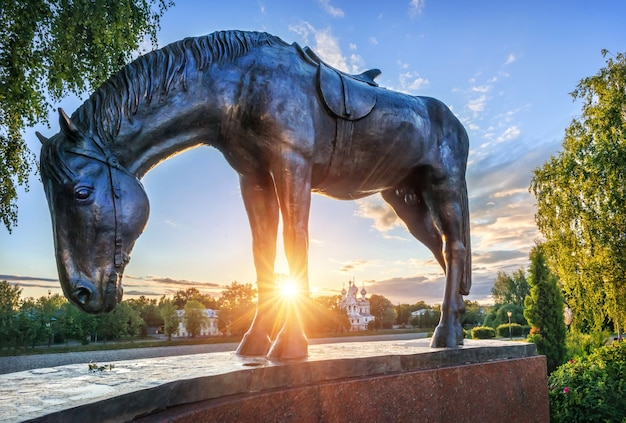 Paardbeeldhouwwerk van het monument voor batyushkov in het kremlin in de stad vologda op een vroege zomerochtend