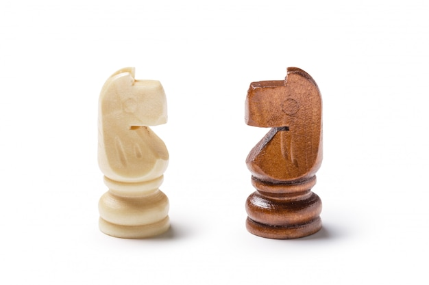 Paarden, schaken op wit wordt geïsoleerd