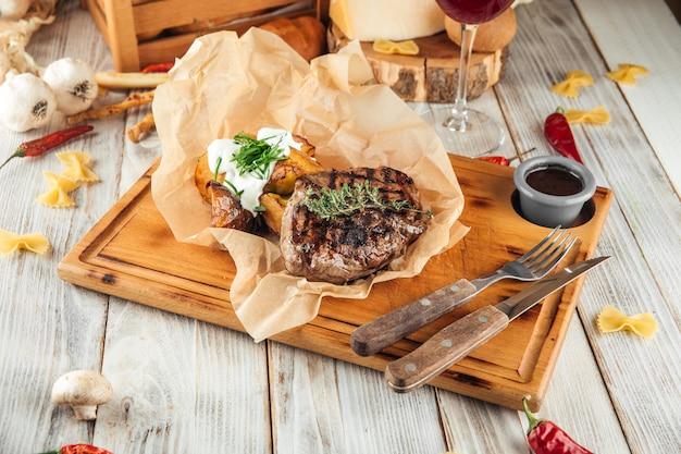 Paardenvlees steak met gebakken aardappelen zure room
