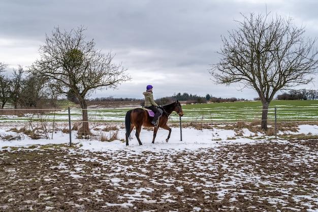 Paardrijden op het boerenerf in het dorp.