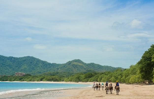 Paardrijden op het strand in costa rica