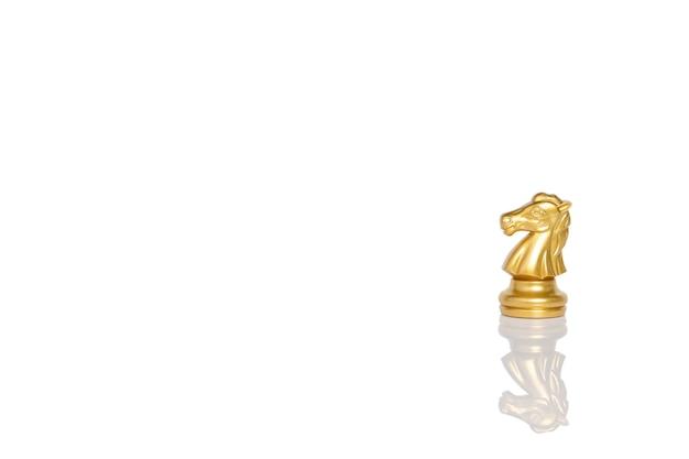 Paardschaak op een schaakbord dat op witte achtergrond met exemplaarruimte wordt geïsoleerd. leider bedrijfsconcept. uitknippad.