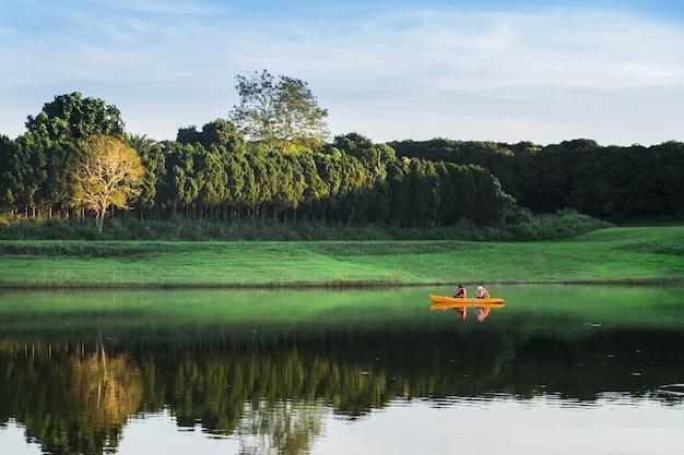 Paarmeisjes die op het meer kayaking