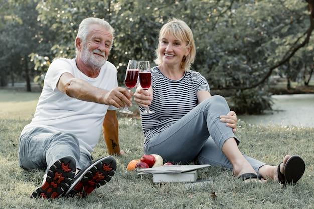 Paaroudsten die wijn fruitig samen met gelukkig gezicht nippen.