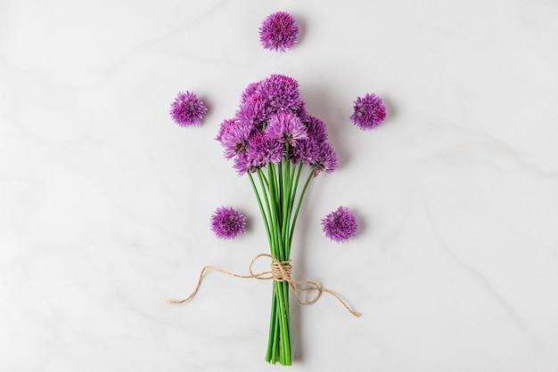 Paars alium wilde bloemen boeket op witte ondergrond