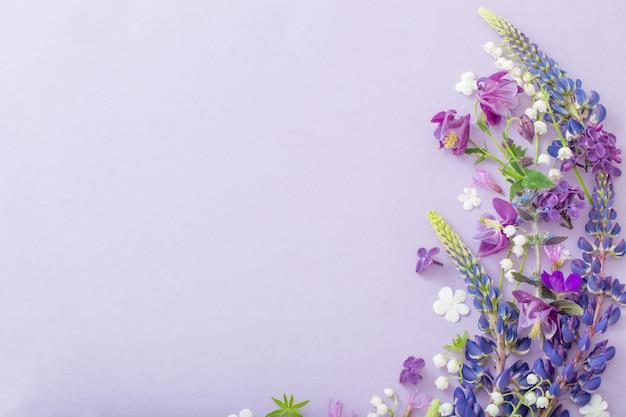 Paars, blauw, roze bloemen op papier