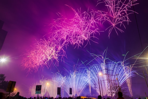 Paars en blauw feestelijk vuurwerk. internationaal vuurwerkfestival rostec