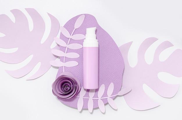 Paars huidverzorgingsproduct op paarse bladeren