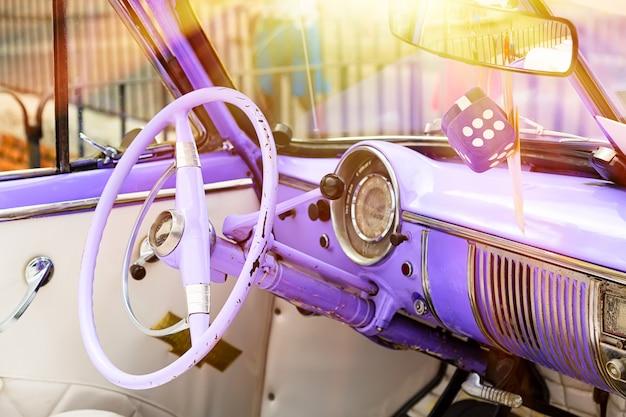 Paars vintage klassiek interieur van amerikaanse auto geparkeerd op de straat van oud havana