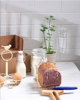 Paars zoet aardappelbrood op bamboe snijplank. frisse schone achtergrond met kopie ruimte voor tekst of advertentie