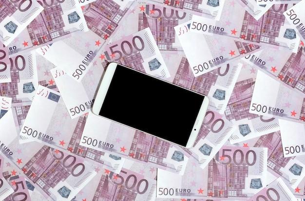 Paarse 500 euro geldrekeningen en een smartphone met zwart scherm