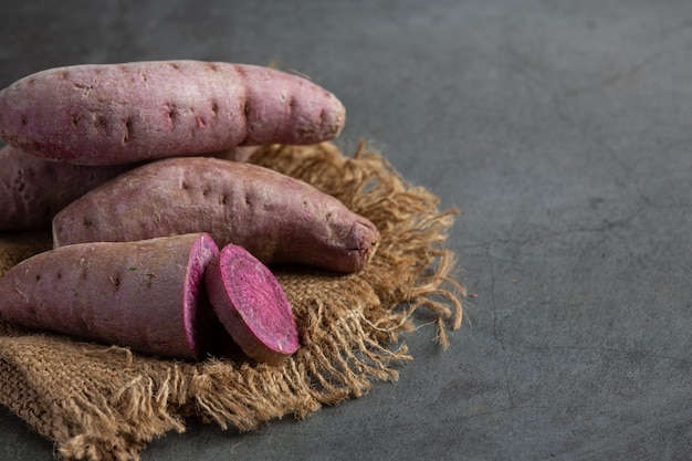 Paarse aardappelthee op tafel
