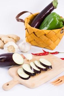 Paarse aubergine plakjes op snijplank plakjes op snijplank
