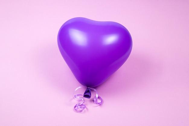 Paarse ballon op paarse achtergrond. kopieer ruimte.