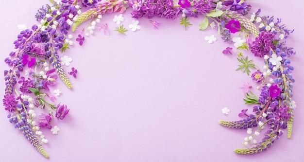 Paarse bloemen op papier achtergrond