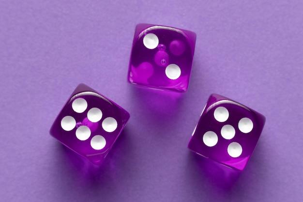 Paarse dobbelstenen op paarse achtergrond