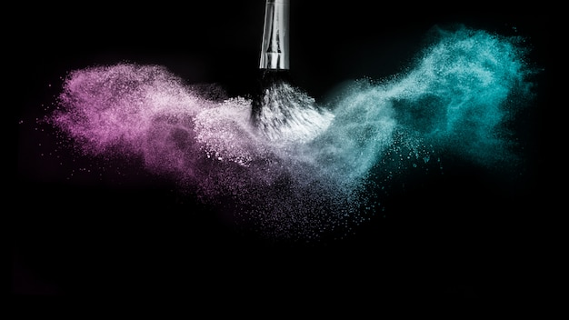 Paarse en blauwe oceaanpoeder kleurenplons en borstel voor make-upkunstenaar