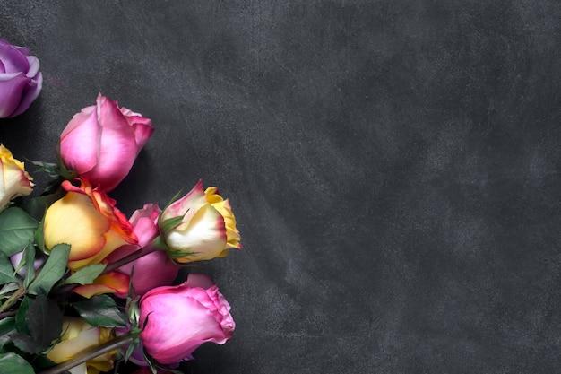 Paarse en gele rozen, vak aanwezig op zwarte achtergrond