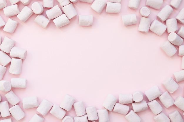Paarse frame achtergrond gemaakt van marshmallows