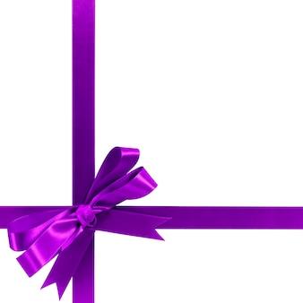 Paarse geschenk lint boog horizontale hoek dwarsvorm geïsoleerd op wit.