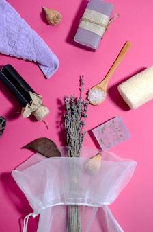 Paarse handdoek, lavendelolie en zeep, zout, luffahanddoek
