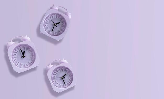 Paarse klok geïsoleerd op pastel paarse achtergrond. 01:30 uur, 01:00 uur, 02:30 uur. wekker paars