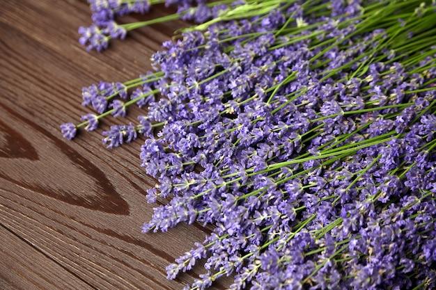 Paarse lavendelbloemen op houten tafel