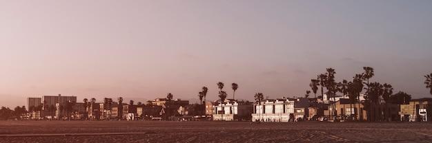 Paarse luchten op het strand van venetië