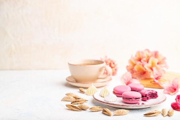 Paarse macarons of bitterkoekjes taarten met kopje koffie