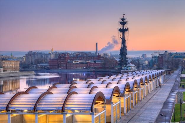 Paarse ochtend op de rivier de moskou en het monument van peter de grote