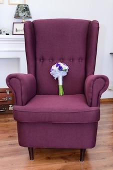 Paarse retro fauteuil