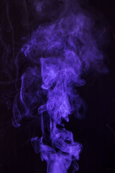 Paarse rook beweging op zwarte achtergrond