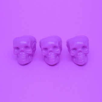 Paarse stemming. schedel. paarse kleuren trend. mode minimale kunst