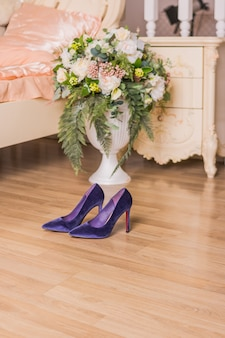 Paarse suede schoenen. trendy schoenen voor feest of romantisch diner. elegantie en luxe fluwelen pumps. kopie ruimte.