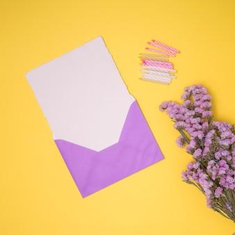 Paarse uitnodiging mock up met gele achtergrond