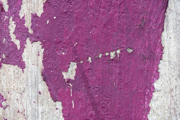 Paarse verf op betonnen muur