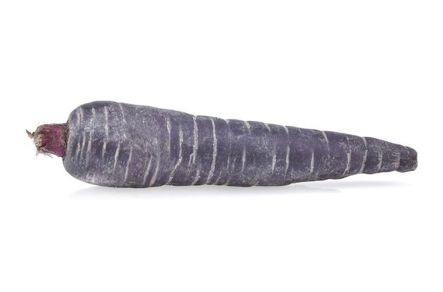 Paarse wortel geïsoleerd op wit