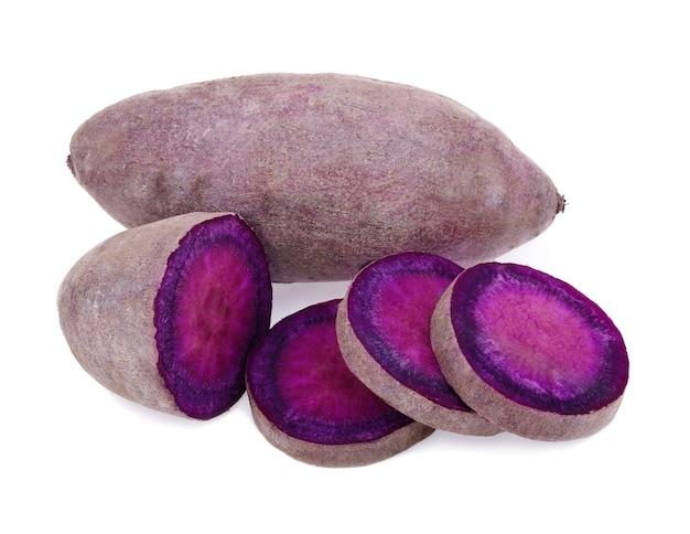 Paarse zoete aardappel geïsoleerd op een witte achtergrond