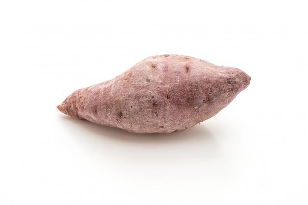 Paarse zoete aardappel op witte achtergrond